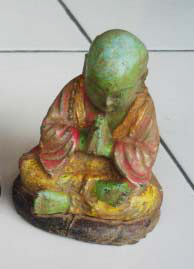 Praying Monk in cement, Size H10, L8, W7 cm. Price FOB 1,65 usd excl packing. Art. code: CP052.