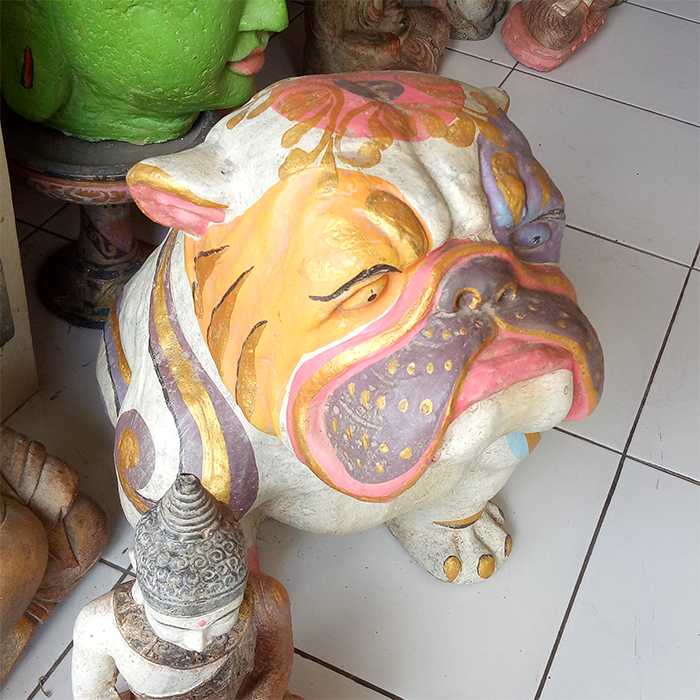 Bulldog in cement. Size H40, L45, W30 cm. Price FOB 24,00 usd incl wooden pack. Order code CP060.