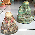 Praying Monk in cement, Size H10, L8, W7 cm. Price FOB 1,55 usd excl packing. Art. code: CP117(to the left) and CP118(to the right). Size H14, L12, W10 cm. Price 2,30 usd excl packing.
